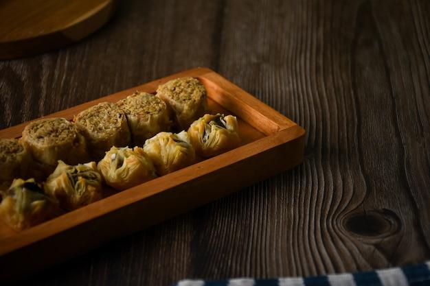 Турецкая пахлава сладкая выпечка на деревянном подносе традиционные десерты из турции обои hd