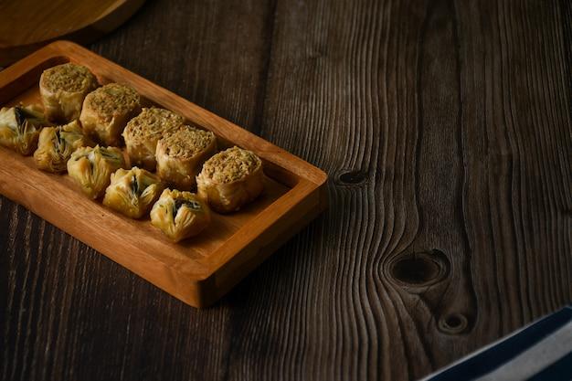 Турецкая пахлава сладкая выпечка на деревянном подносе обои hd