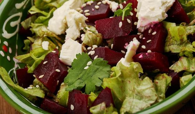 야채와 죽은 태아를 곁들인 터키 비트 뿌리 잎 요리 - pancar kavurmasi