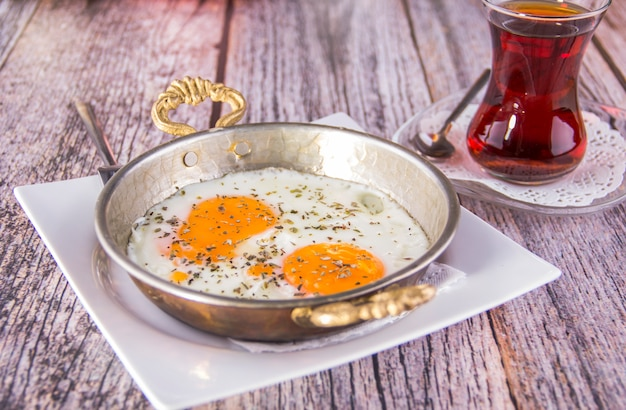 トルコ式朝食-目玉焼き、パン、紅茶-画像