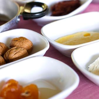 トルコ式朝食。大きなクルミ、オレンジ色のジャム、バター