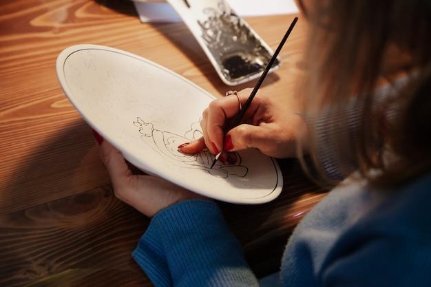 그녀의 작업장에서 일하는 터키 도자기 마스터. 손으로 만든 개념. 세라믹 마스터 개념.