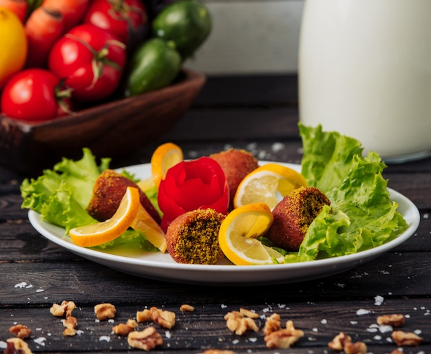 Kofte chiy turco sul tavolo