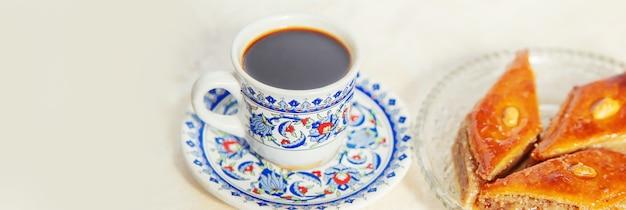 Турецкий кофе и пахлава на светлом фоне. выборочный фокус. природа.