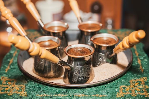 ジェズヴェの砂の上で淹れたトルココーヒー。オリエンタル、イーストコーヒー