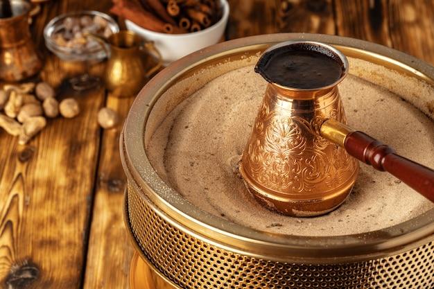 砂の上のcezveでトルココーヒー