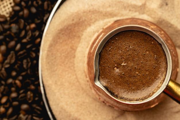 Турецкий кофе, приготовленный в песке Premium Фотографии