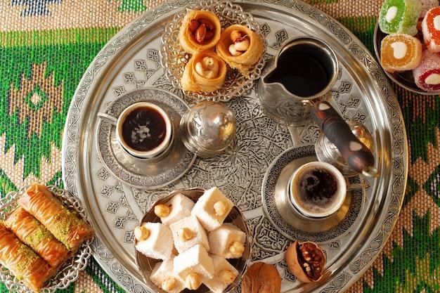 금속 트레이에 터키식 기쁨과 함께 제공되는 터키식 커피