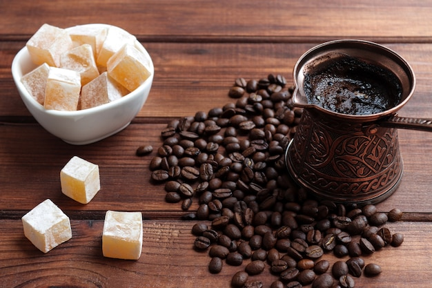 나무 테이블 근접 촬영 선택적 초점에 cezve에서 터키 기쁨과 터키 커피