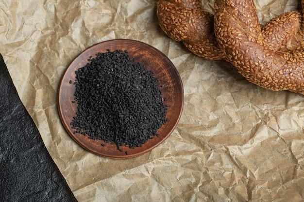 Bagel intrecciati rotondi croccanti turchi con semi di sesamo.