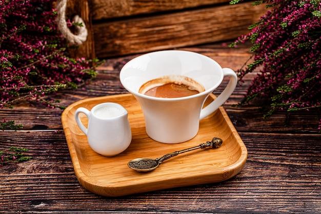 터키 요리 개념. 아메리카노 커피와 우유. 레스토랑에서 아름다운 봉사. 평면도