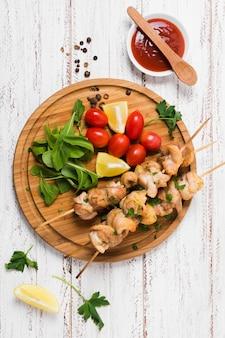 Турецкий вкусный сэндвич с кебабом на деревянной доске