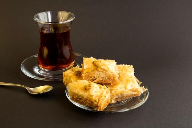 Рахат-лукум и чай на черном фоне