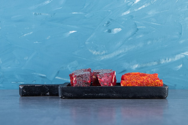 Delizie turche su una tavola sulla superficie di marmo
