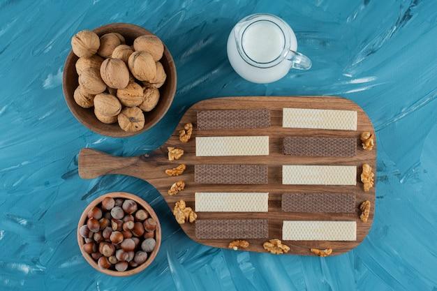 ダークウッドのプレートにピーナッツナッツを添えたターキッシュデライト。