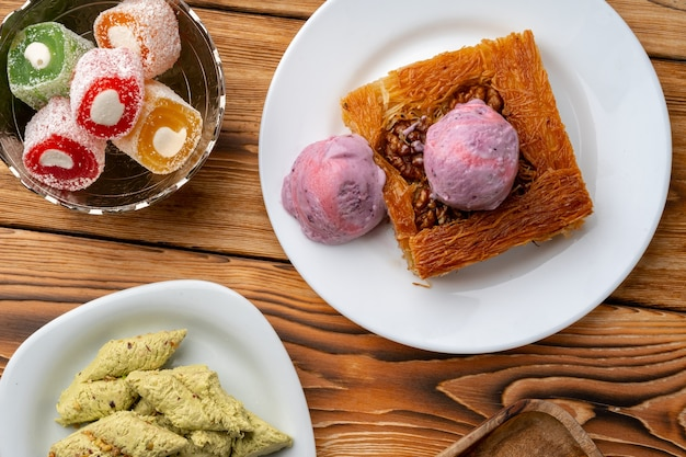 나무 배경에 아이스크림을 곁들인 터키 디저트 쿠네페