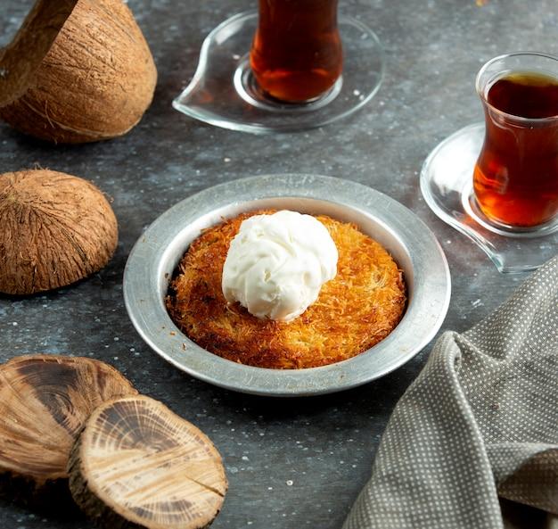 Турецкий десерт кунефе с мороженым на вершине