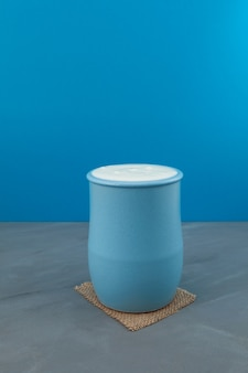 파란색 세라믹 용기에 담긴 터키 음료 ayran 또는 kefir