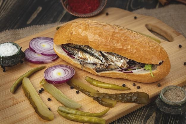 터키어 생선 도너 샌드위치. 패스트 푸드.