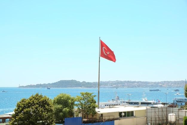 보스포러스 해협 근처 호텔의 터키 국기