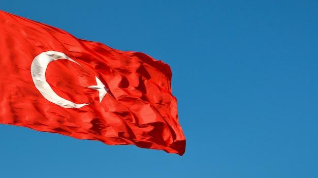 空のトルコの旗