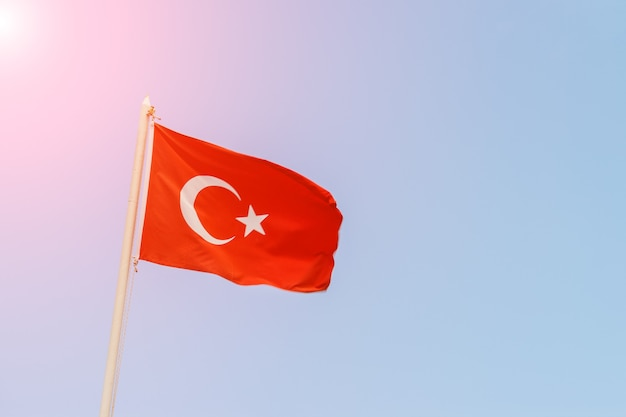 화창한 날 하늘 배경에 터키 국기.