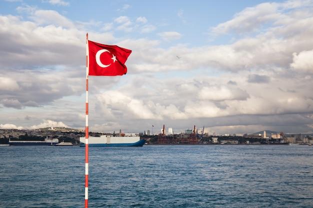 Турецкий флаг с проливом босфор прямо на фоне