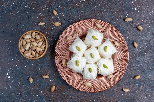 トルコのフロスハルヴァピシュマニエ、綿菓子のデザート。