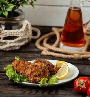 テーブルの上のトルコのフライドミートボール