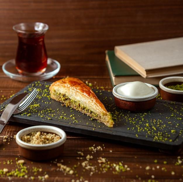 Турецкий кадаиф с черным чаем на столе