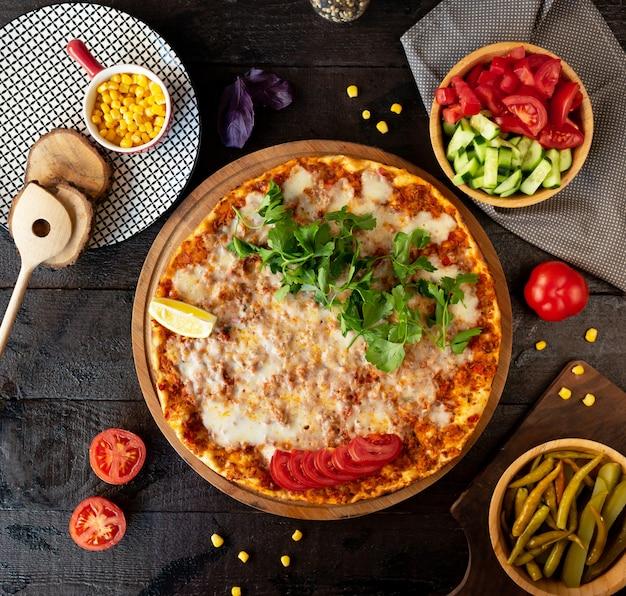 Турецкий лахмаджун с мясом, сыром, зеленью и лимоном