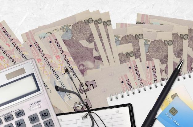 Счета турецкой лиры и калькулятор с очками и ручкой