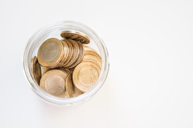 흰색 테이블에 항아리에 터키 리라 동전
