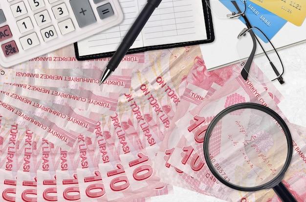 Купюры в турецких лирах и калькулятор с очками и ручкой