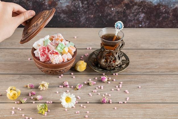 Турецкий лукум и стакан чая