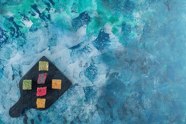 大理石のテーブルのまな板にトルコロクム。