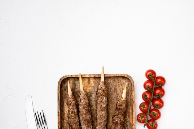 흰색 돌 테이블 배경에 있는 터키식 고기 케밥 세트, 위쪽 전망 평면, 텍스트 복사 공간