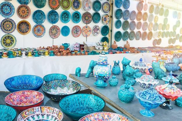 通りの店でトルコが描いた手作りのお土産。
