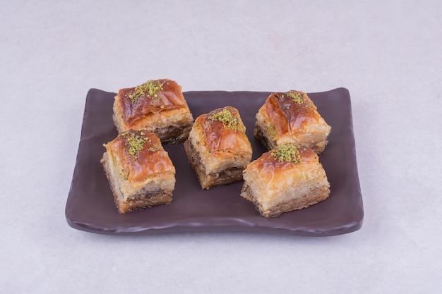 Турецкая пахлава на черном керамическом блюде