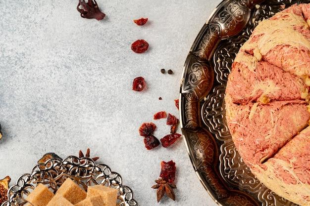 トルコのペストリーとテーブルに散らばったドライフルーツがクローズアップ