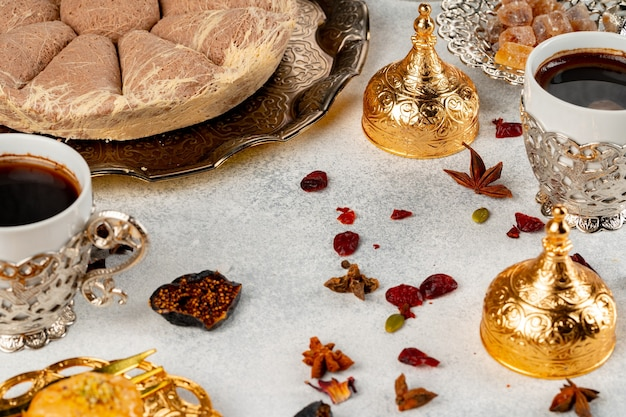 トルコのペストリーとテーブルの上に散らばったドライフルーツ