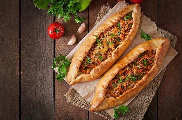 Традиционная турецкая кухня с говядиной и овощами