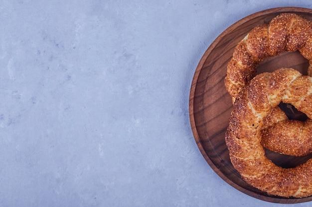 Simit turco in un piatto di legno. foto di alta qualità