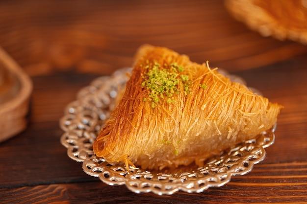 갈색 나무 배경에 작은 접시에 터키 과자, 클로즈업
