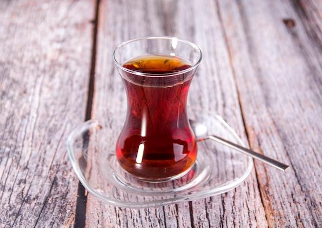 木の上の伝統的なガラスのトルコ茶
