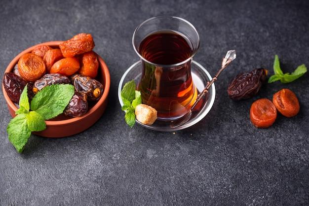 ドライフルーツと伝統的なガラスのトルコ茶