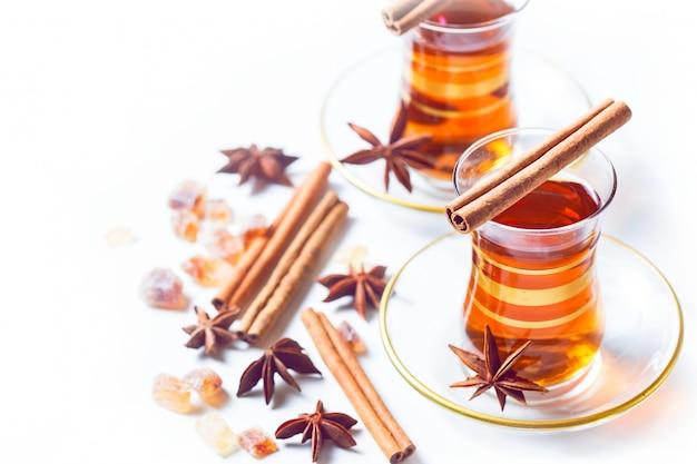 伝統的なグラスでトルコのお茶