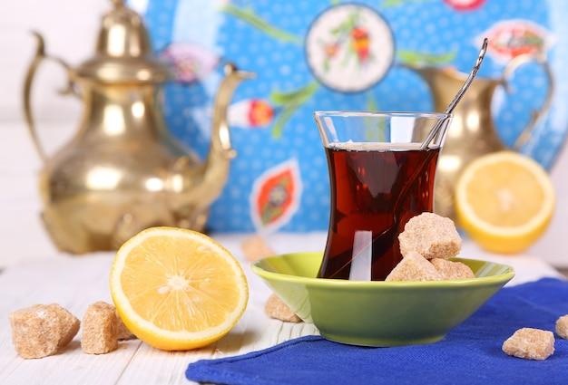 白いテーブルの上にサトウキビ砂糖とレモンとトルコのお茶