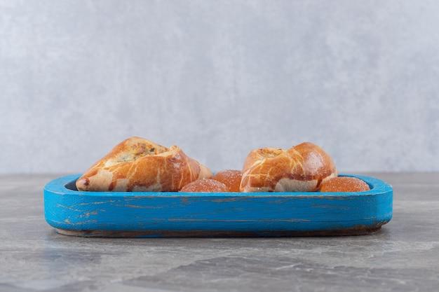 大理石の表面の小さな大皿の上と隣にあるトルコのトルコのピデとゼリーのお菓子