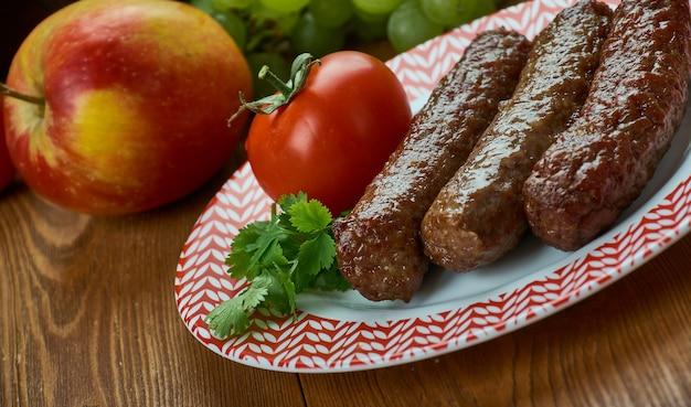Туркменский шашлык. чишлык, традиционное ассорти, вид сверху.
